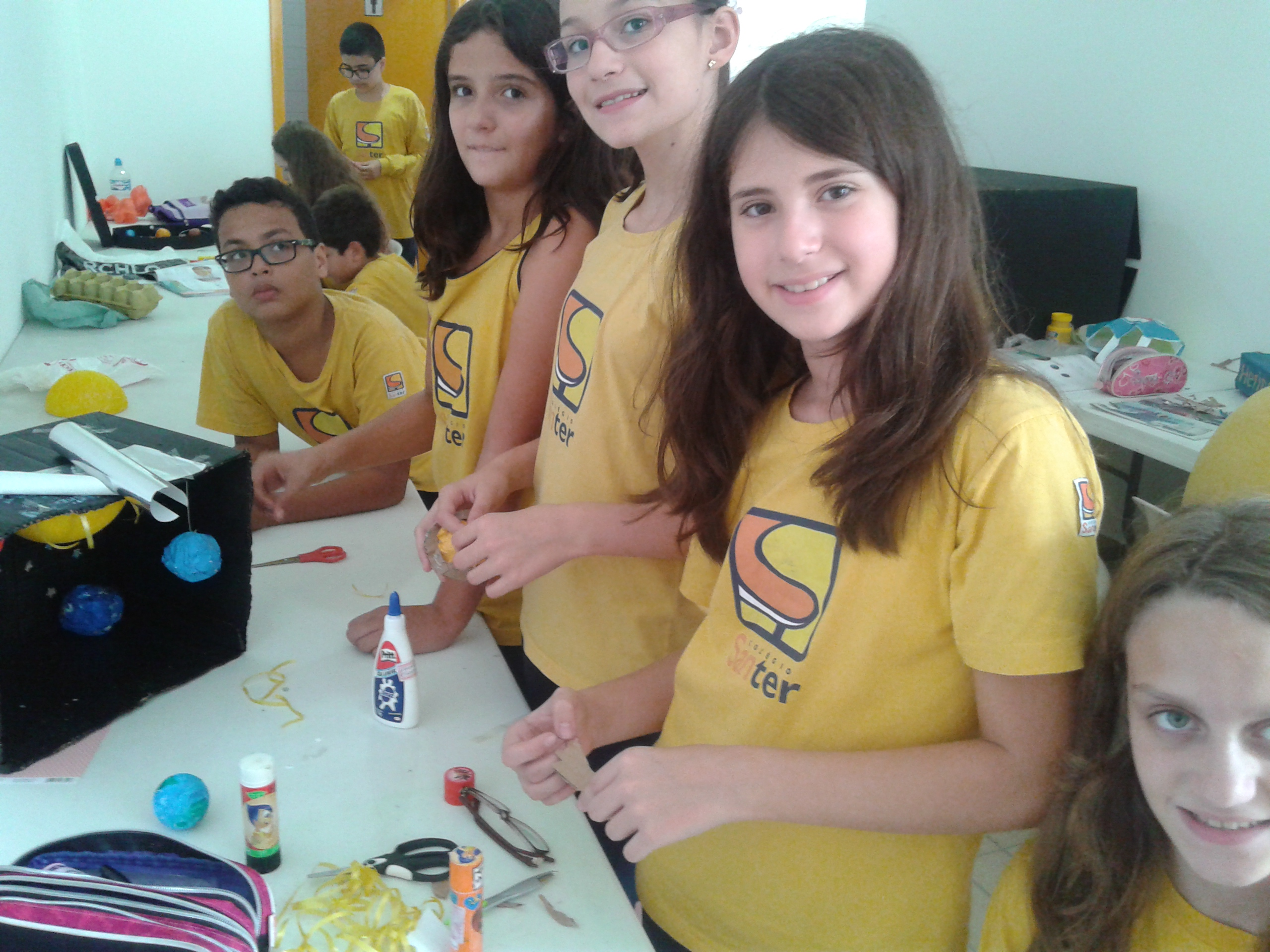 Os alunos do 6° e 7° ano realizaram atividades práticas durante as aulas de ciências, com a professora Graziela.