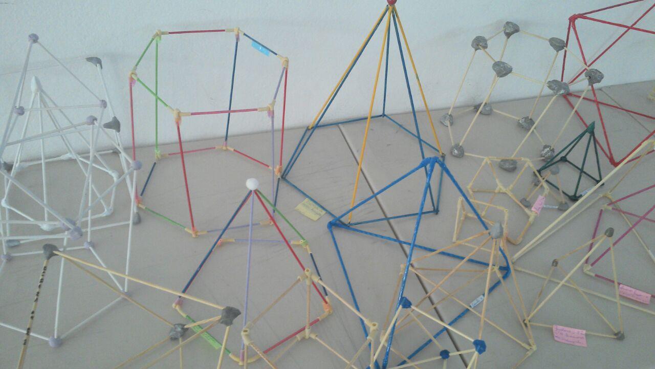 Os alunos do 8° ano realizaram atividade prática na aula de Geometria.