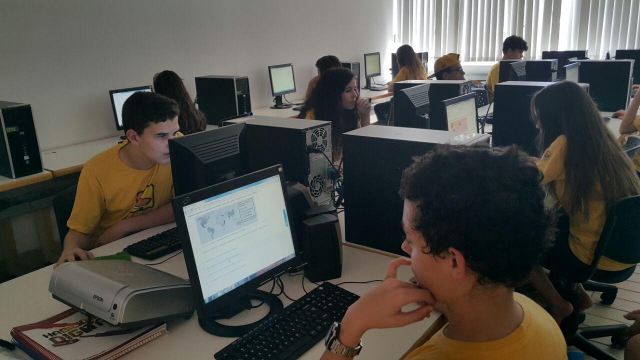 Os alunos do Ensino Fundamental II realizaram simulado  Geekie online em parceria com a Editora Moderna.