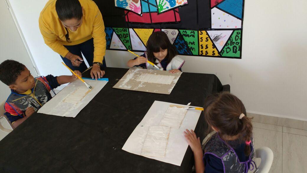 Os alunos do Espaço Criança se divertem durante as atividades do Ateliê de Artes com a professora Ivanir.