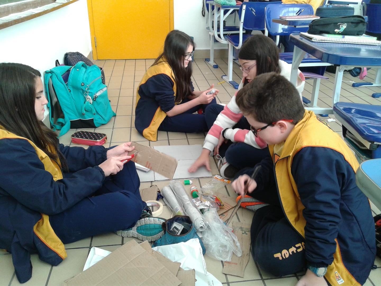 Os alunos do 6° ano, sob orientação da Profª. Graziela, trabalharam o contexto do lixo e a conscientização do seu descarte.