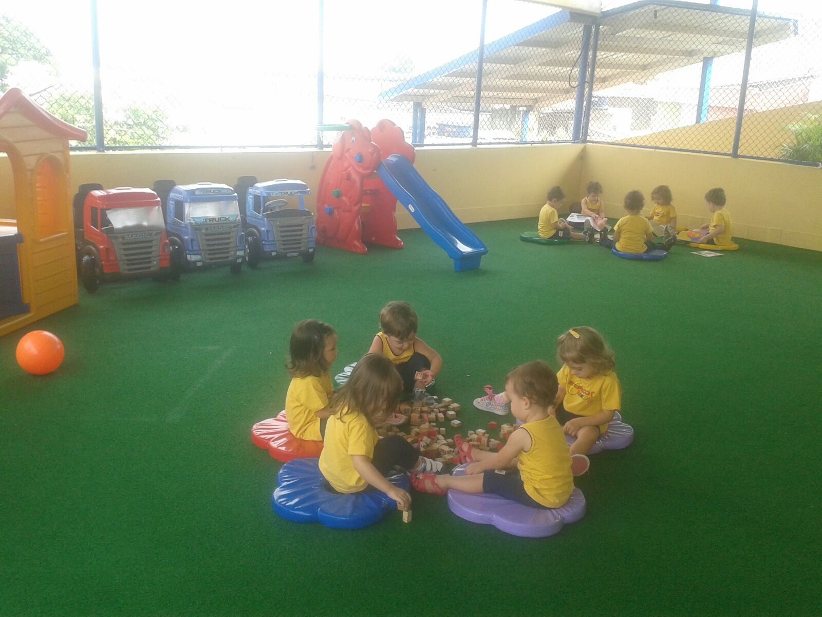 """No momento da chegada, nossos pequenos encontram um universo de fantasias e de descobertas. Diversas propostas de brincadeiras, que na escola são conhecidas como """"cantos de entrada"""", são organizadas de forma bastante convidativa, para facilitar a aproximação ao espaço escolar."""